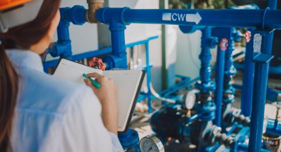 Mechanical inspector inspection oil pump centrifugal type Inspección visual de bomba centrífuga
